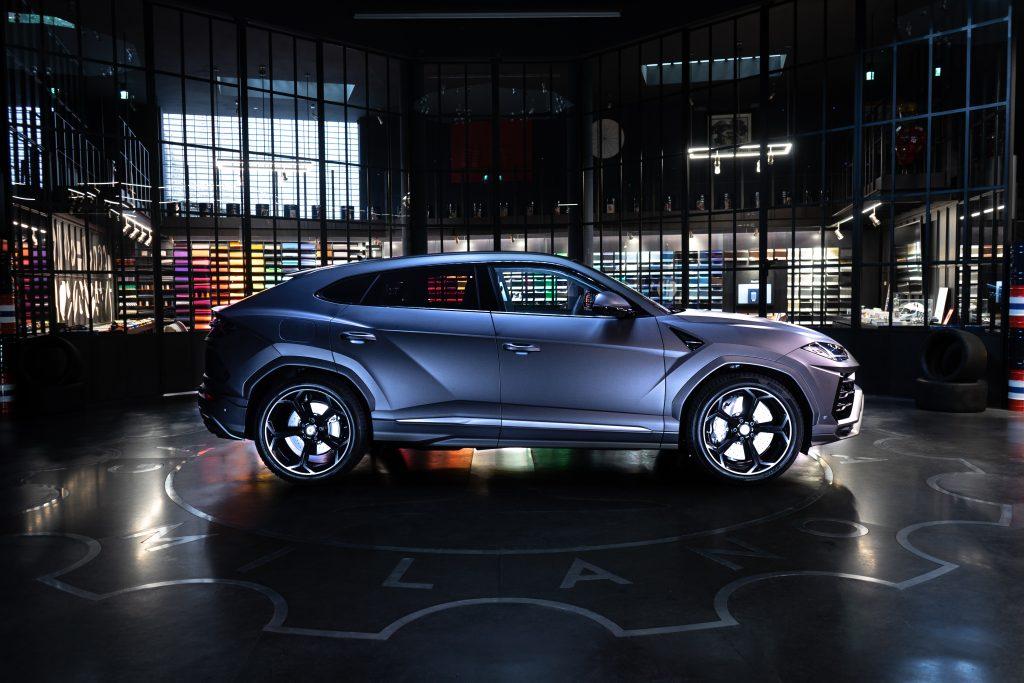 Lamborghini Urus grey matt garage italia